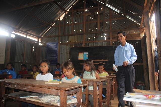 """Lớp học """"không quạt, không ánh sáng"""" trên đỉnh Lơ Pang - 1"""