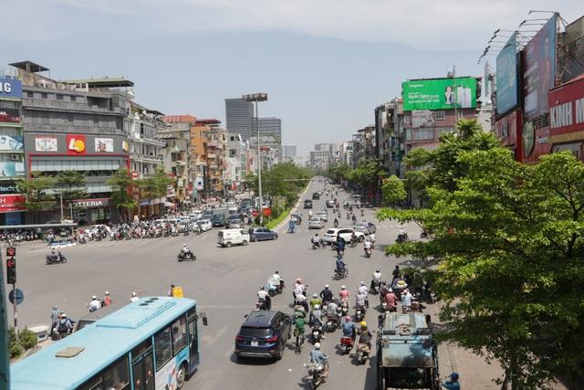 Nắng nóng như thiêu đốt trên đường phố Hà Nội - 1