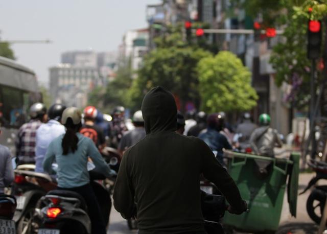 Nắng nóng như thiêu đốt trên đường phố Hà Nội - 8