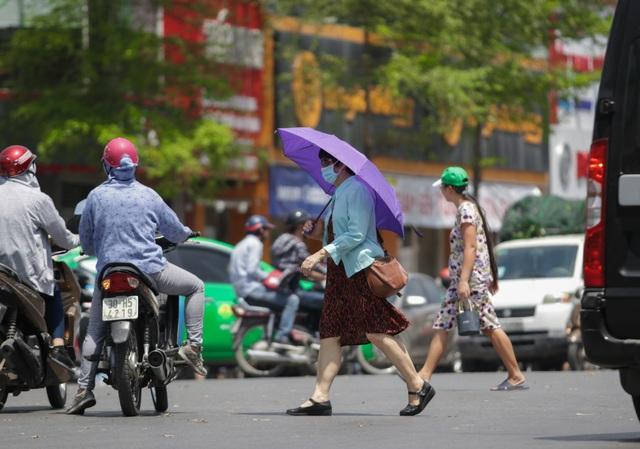 Nắng nóng như thiêu đốt trên đường phố Hà Nội - 4
