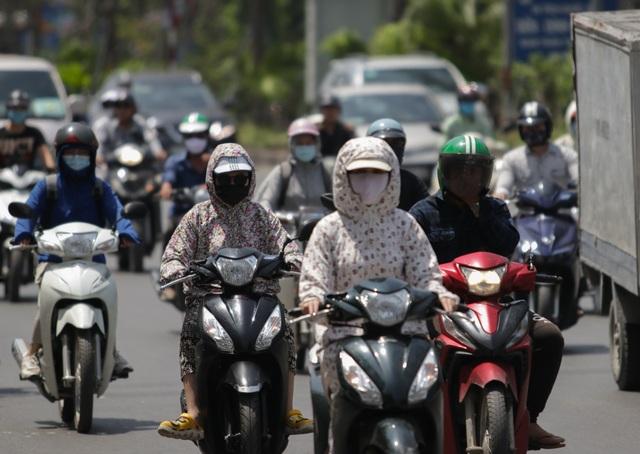 Nắng nóng như thiêu đốt trên đường phố Hà Nội - 7