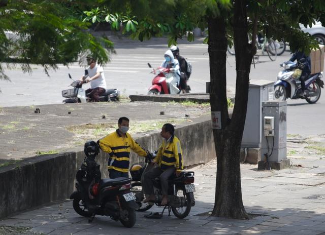 Nắng nóng như thiêu đốt trên đường phố Hà Nội - 17