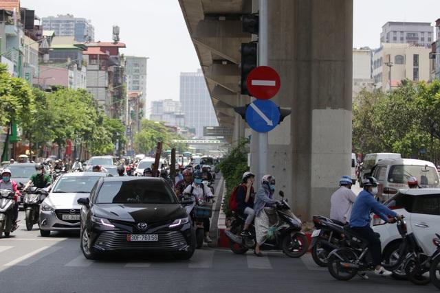 Nắng nóng như thiêu đốt trên đường phố Hà Nội - 16