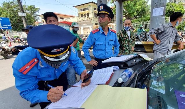 """Hà Nội xử lý hàng loạt taxi che biển số, làm khó """"mắt thần"""" trên phố - 1"""