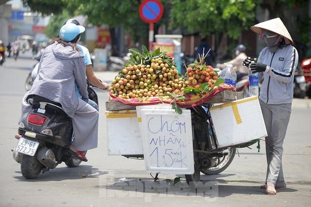 Hà Nội: Người lao động nhọc nhằn mưu sinh dưới nắng nóng đầu hè - 1