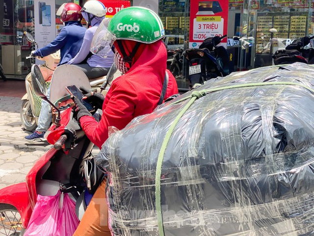 Hà Nội: Người lao động nhọc nhằn mưu sinh dưới nắng nóng đầu hè - 11