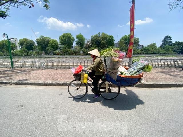 Hà Nội: Người lao động nhọc nhằn mưu sinh dưới nắng nóng đầu hè - 12