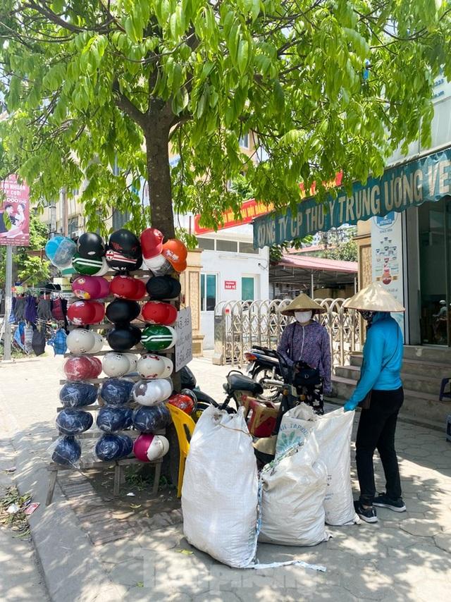 Hà Nội: Người lao động nhọc nhằn mưu sinh dưới nắng nóng đầu hè - 13