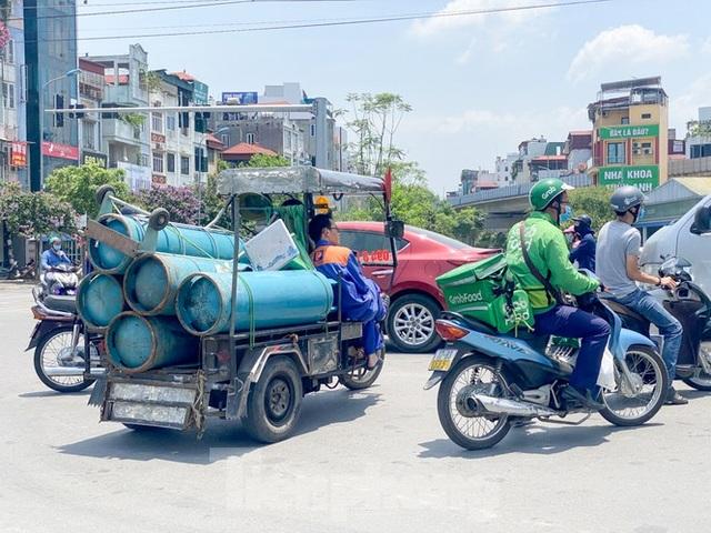 Hà Nội: Người lao động nhọc nhằn mưu sinh dưới nắng nóng đầu hè - 14