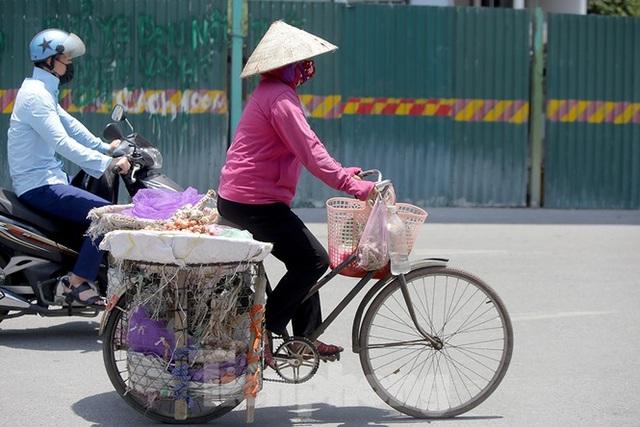 Hà Nội: Người lao động nhọc nhằn mưu sinh dưới nắng nóng đầu hè - 2