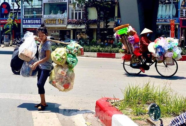 Hà Nội: Người lao động nhọc nhằn mưu sinh dưới nắng nóng đầu hè - 6