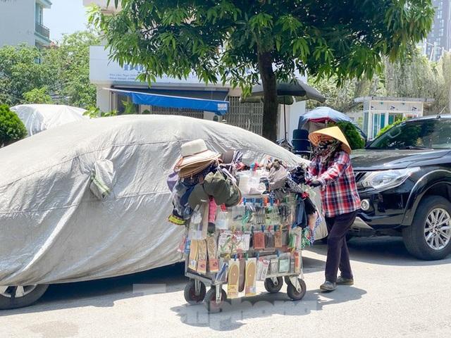 Hà Nội: Người lao động nhọc nhằn mưu sinh dưới nắng nóng đầu hè - 9
