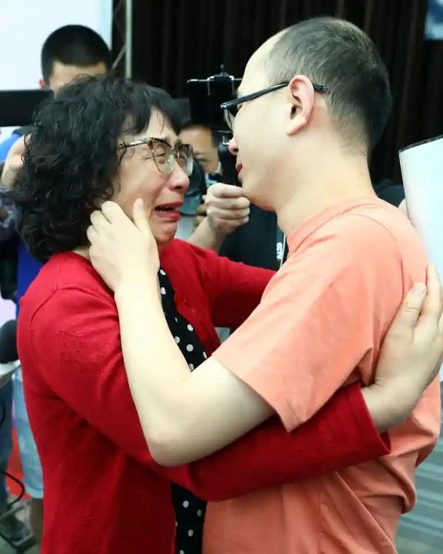 Cha mẹ tìm được con bị bắt cóc sau 32 năm nhờ công nghệ nhận diện gương mặt - 2