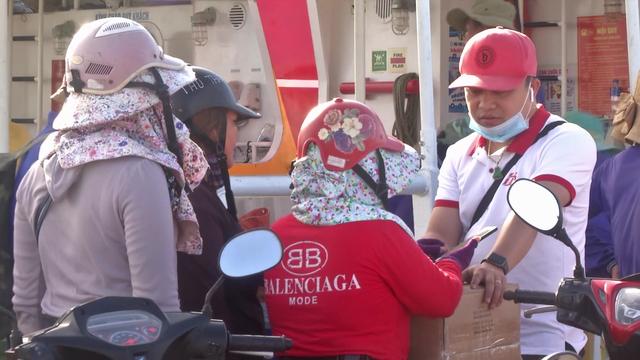 Quảng Ngãi: Du khách bị bao vây khi vừa đặt chân đến đảo Lý Sơn - 3