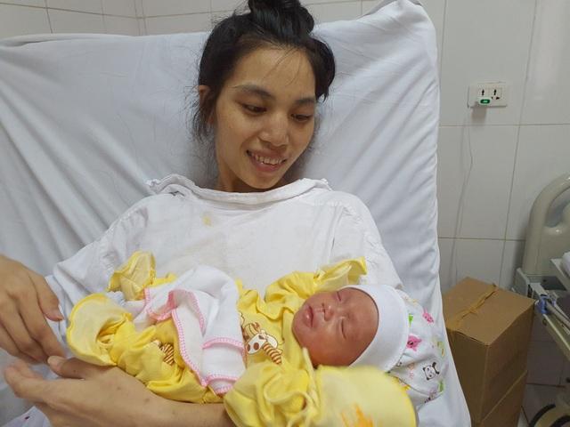 Thai phụ từng nguy kịch tính mạng nghẹn ngào ôm con ngày xuất viện - 1