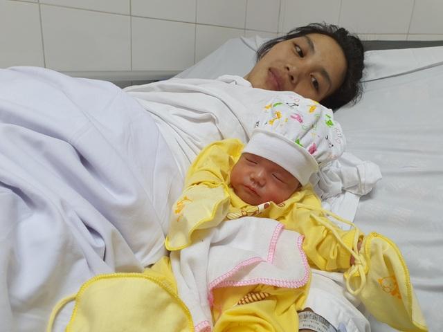 Thai phụ từng nguy kịch tính mạng nghẹn ngào ôm con ngày xuất viện - 2