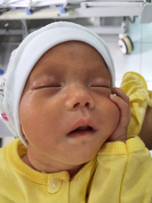 Thai phụ từng nguy kịch tính mạng nghẹn ngào ôm con ngày xuất viện - 3
