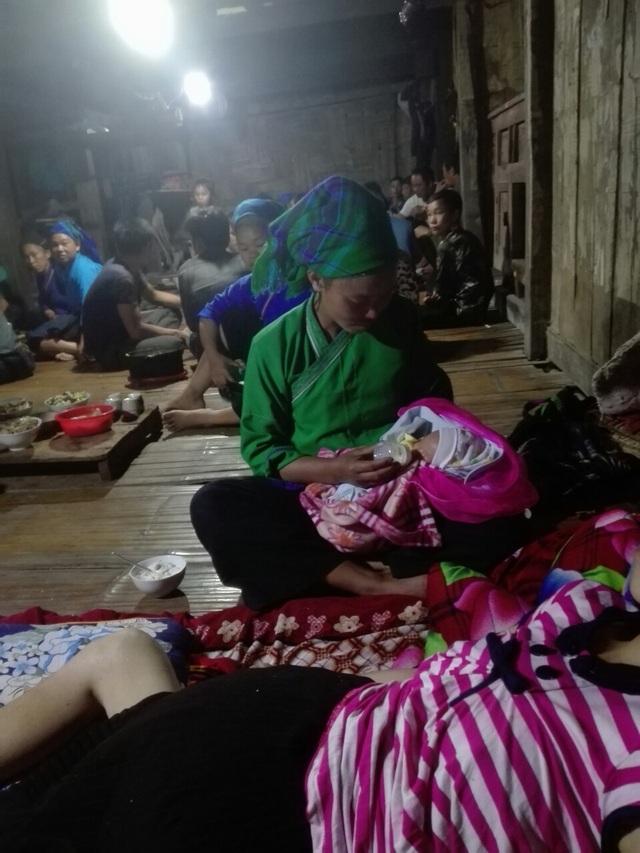 Thai phụ từng nguy kịch tính mạng nghẹn ngào ôm con ngày xuất viện - 8