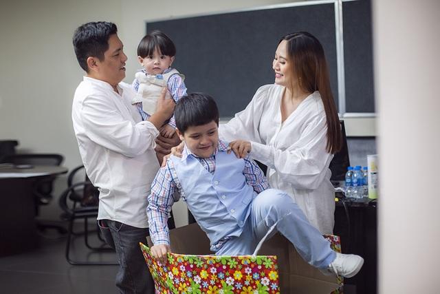 """Đức Thịnh """"choáng"""" với quà kỷ niệm 12 năm ngày cưới của Thanh Thúy - 4"""