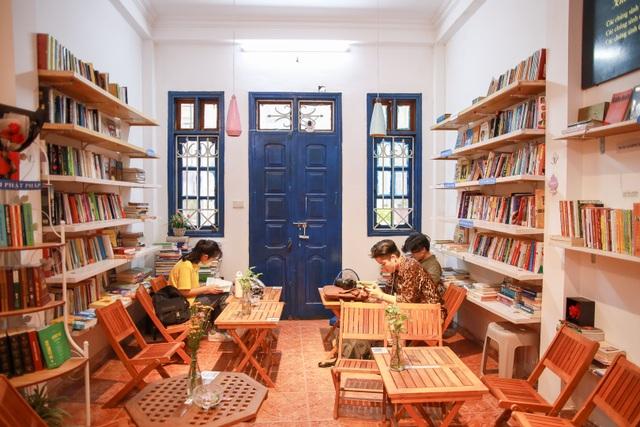 Thư viện miễn phí giữa Thủ đô: Khách tự chọn sách, đồ uống, hoa quả - 1