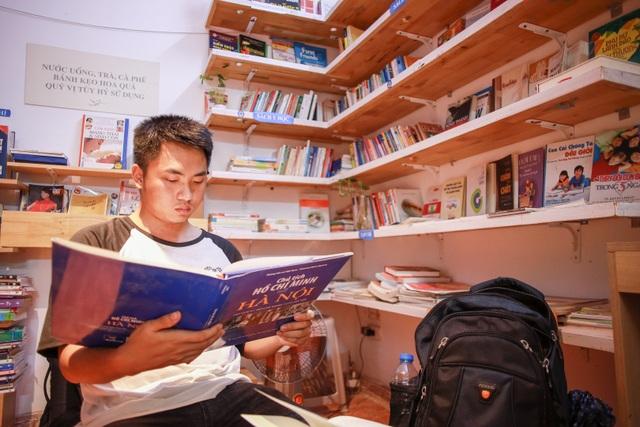 Thư viện miễn phí giữa Thủ đô: Khách tự chọn sách, đồ uống, hoa quả - 5