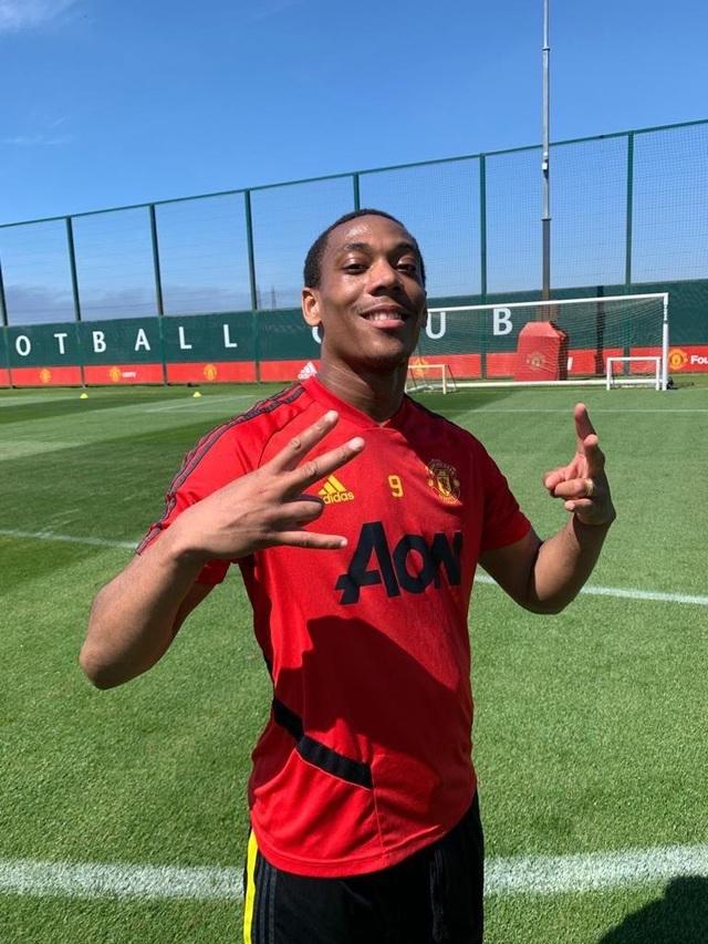 Cầu thủ Man Utd háo hức được trở lại khu tập ở Carrington - 1