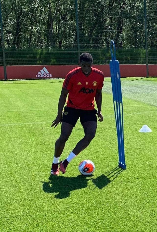 Cầu thủ Man Utd háo hức được trở lại khu tập ở Carrington - 5