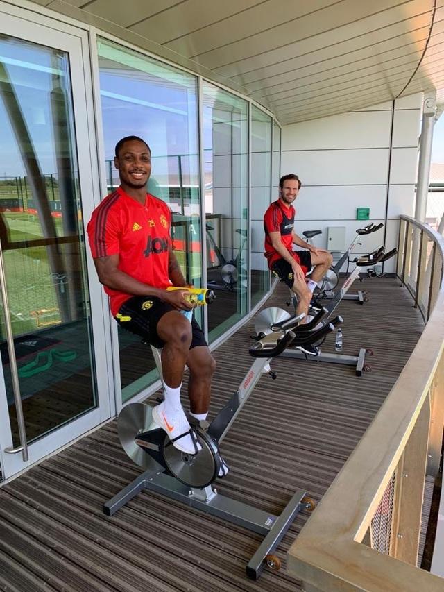 Cầu thủ Man Utd háo hức được trở lại khu tập ở Carrington - 4