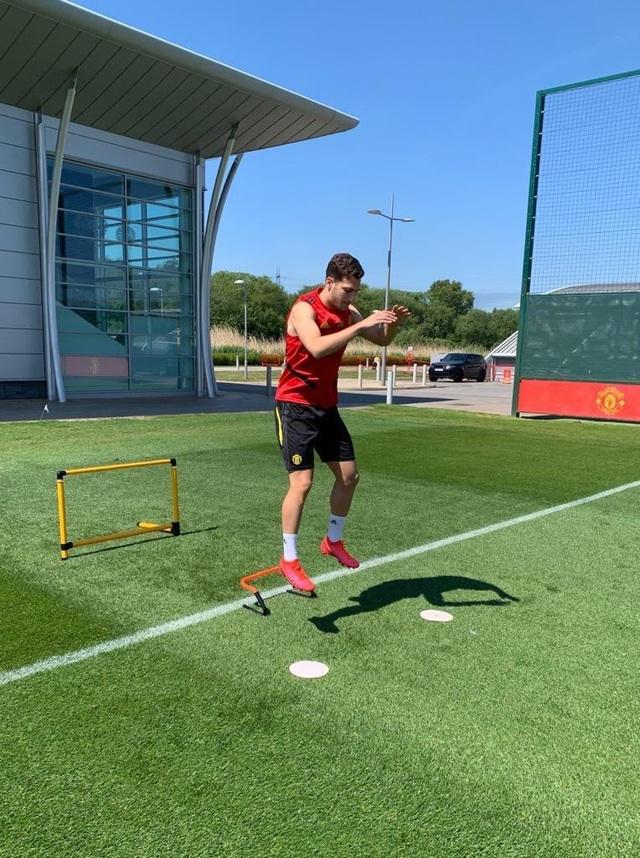 Cầu thủ Man Utd háo hức được trở lại khu tập ở Carrington - 6