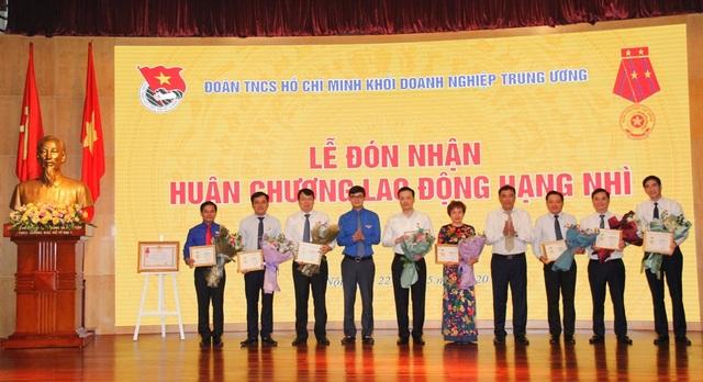 """Lãnh đạo Vietcombank vinh dự nhận Kỷ niệm chương """"Vì thế hệ trẻ""""  - 1"""