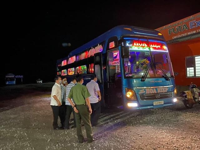 Phong tỏa bến xe suốt đêm vì hành khách về từ Campuchia ho, sốt - 2
