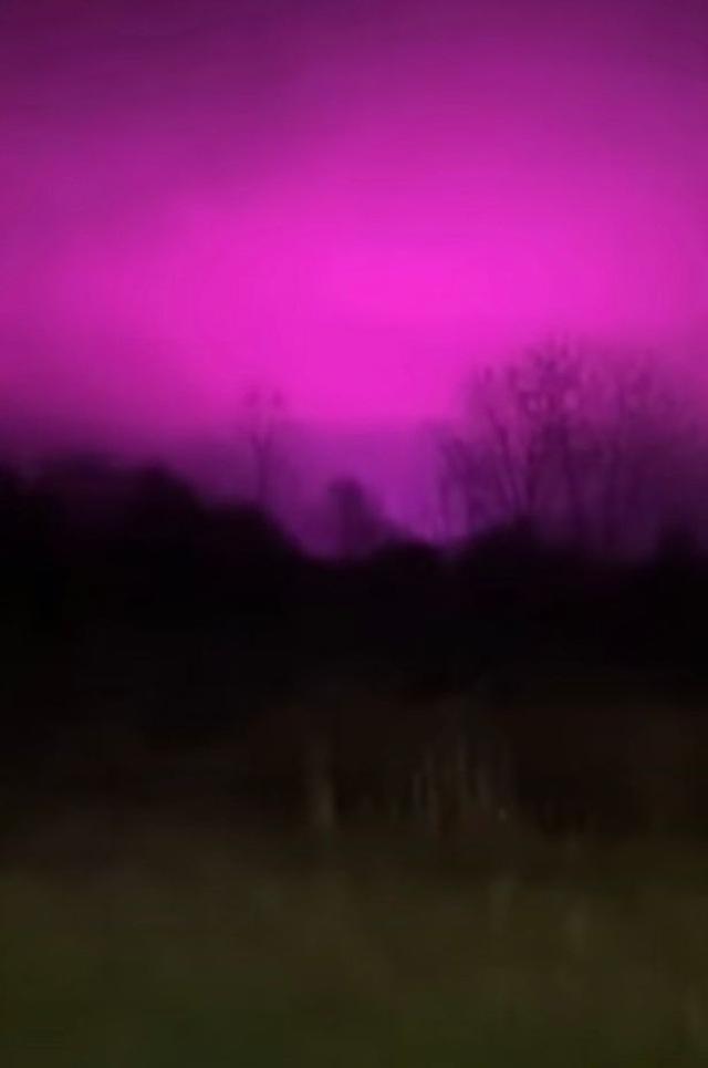 Bí ẩn bầu trời đêm chuyển màu hồng tím - 1