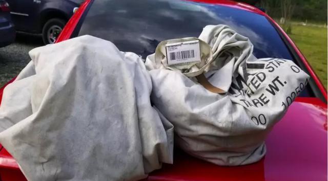 Nhặt được 2 túi rác chứa gần 1 triệu USD trên đường