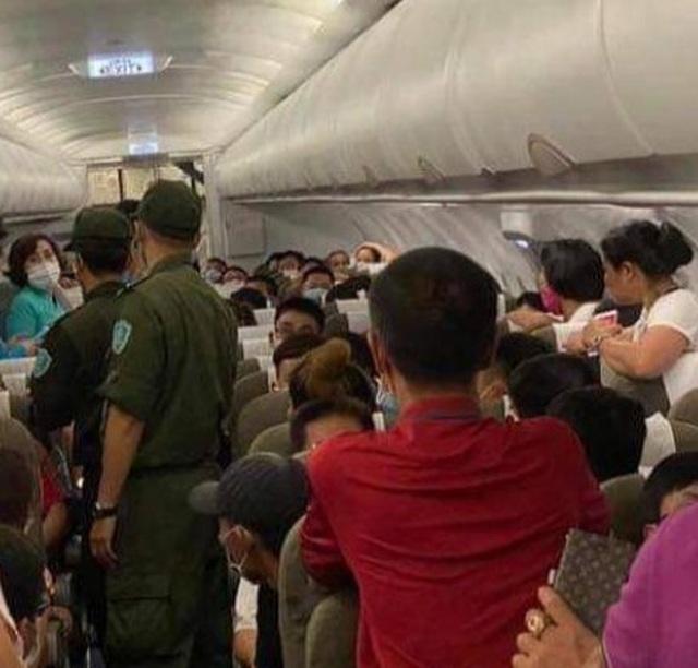 Khách nam phải rời khỏi máy bay vì tranh chỗ để hành lý, chửi bới tiếp viên - 1