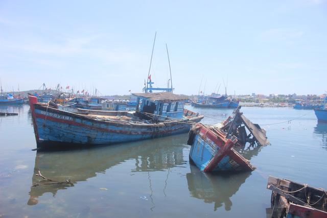 Quảng Ngãi: Nghĩa địa tàu cá chẹn nghẽn đường ra vào cảng - 3