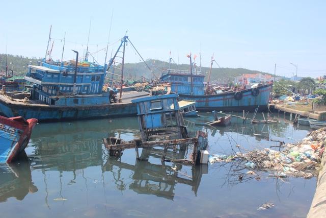 Quảng Ngãi: Nghĩa địa tàu cá chẹn nghẽn đường ra vào cảng - 1