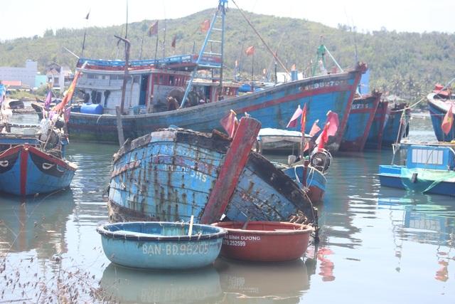 Quảng Ngãi: Nghĩa địa tàu cá chẹn nghẽn đường ra vào cảng - 2