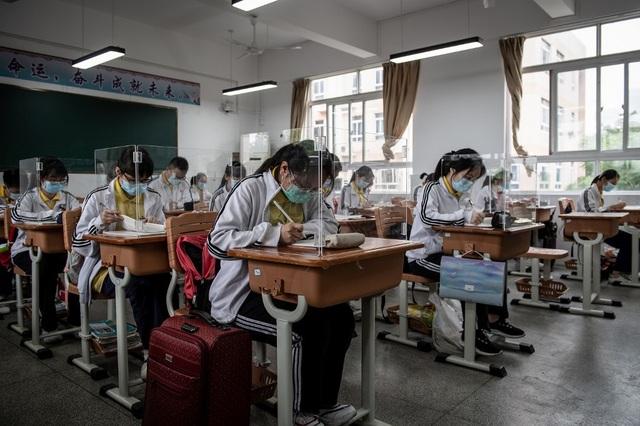Trung Quốc: Học sinh Bắc Kinh đeo vòng theo dõi thân nhiệt - 1