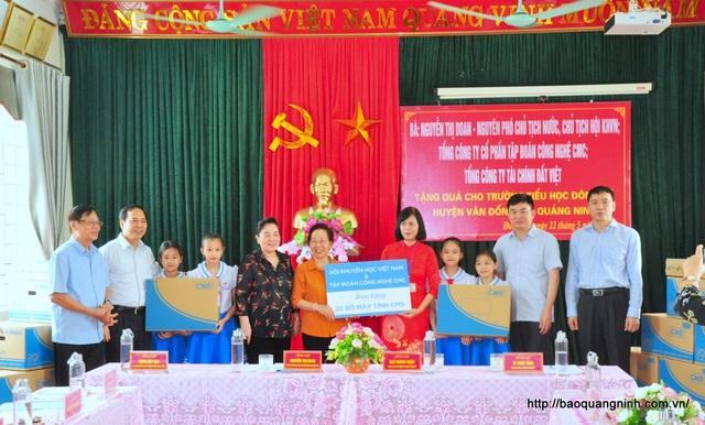 Chủ tịch Hội Khuyến học VN thăm, tặng quà cô và trò Trường Tiểu học Đông Xá - 1