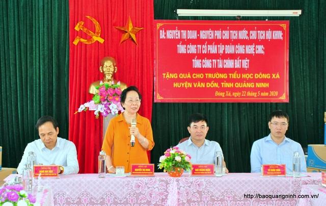 Chủ tịch Hội Khuyến học VN thăm, tặng quà cô và trò Trường Tiểu học Đông Xá - 2