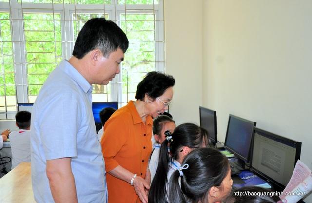 Chủ tịch Hội Khuyến học VN thăm, tặng quà cô và trò Trường Tiểu học Đông Xá - 3