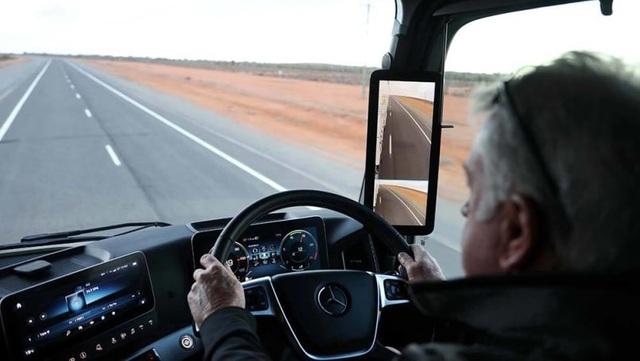 Mercedes nhanh chân vượt Audi về công nghệ gương chiếu hậu mới - 1