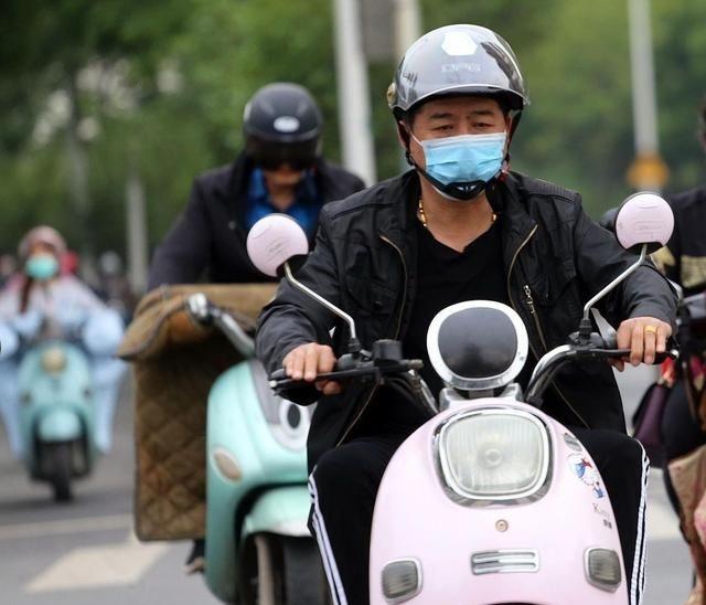 Mũ bảo hiểm cháy hàngtại Trung Quốc vì luật giao thông mới - 1