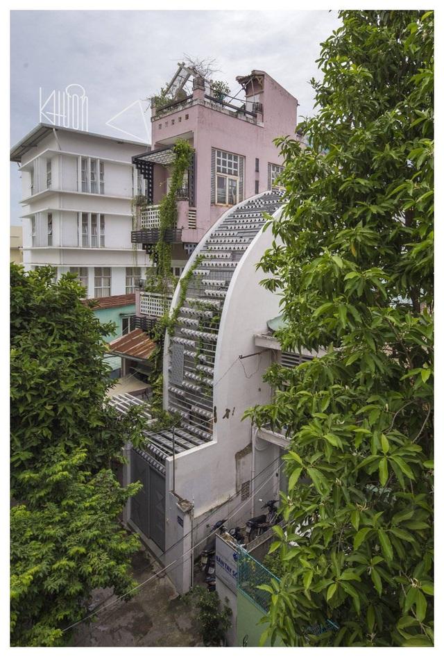 Mãn nhãn ngôi nhà với mặt tiền uốn cong như ốc đảo xanh ở Sài Gòn - 2