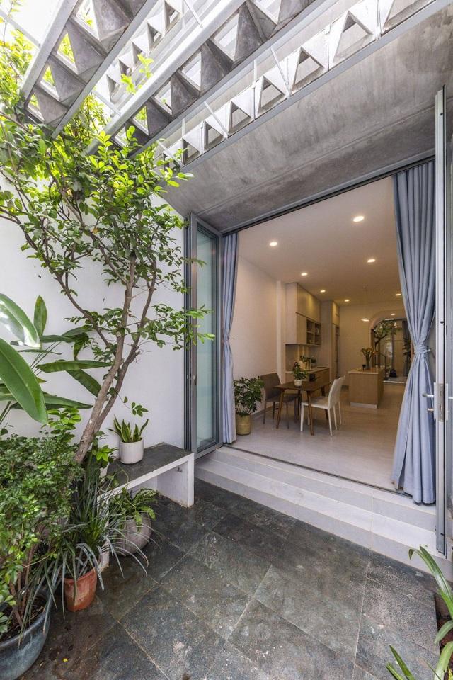 Mãn nhãn ngôi nhà với mặt tiền uốn cong như ốc đảo xanh ở Sài Gòn - 11