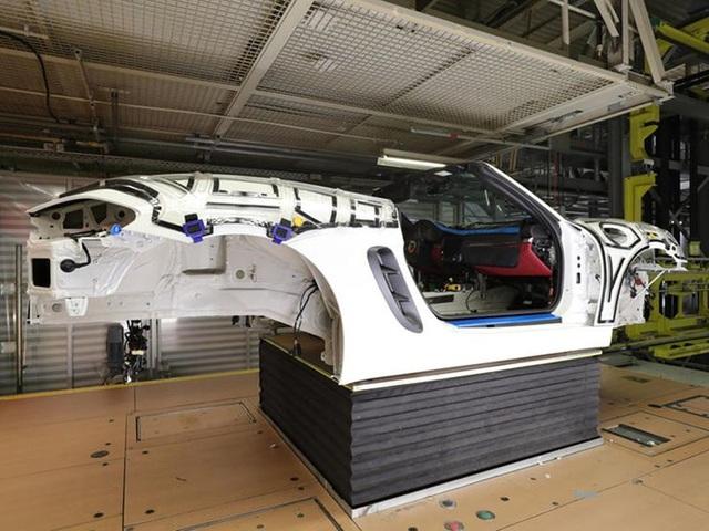 Khách hàng có thể xem Porsche sản xuất xe mình đặt mua qua điện thoại - 7