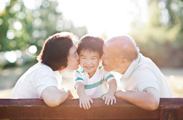 Trẻ em hạnh phúc hơn khi sống cùng ông bà - 1