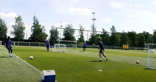 Harry Kane và Son Heung Min hăng say tập luyện cùng đồng đội - 4