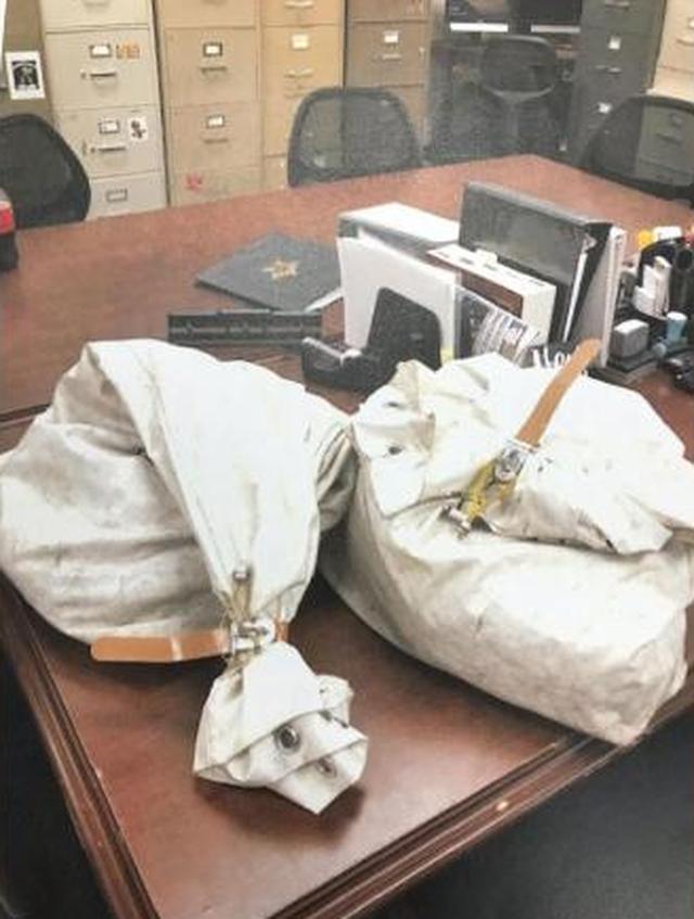 Gia đình Mỹ tình cờ phát hiện 1 triệu USD trong túi rác trên đường - 1