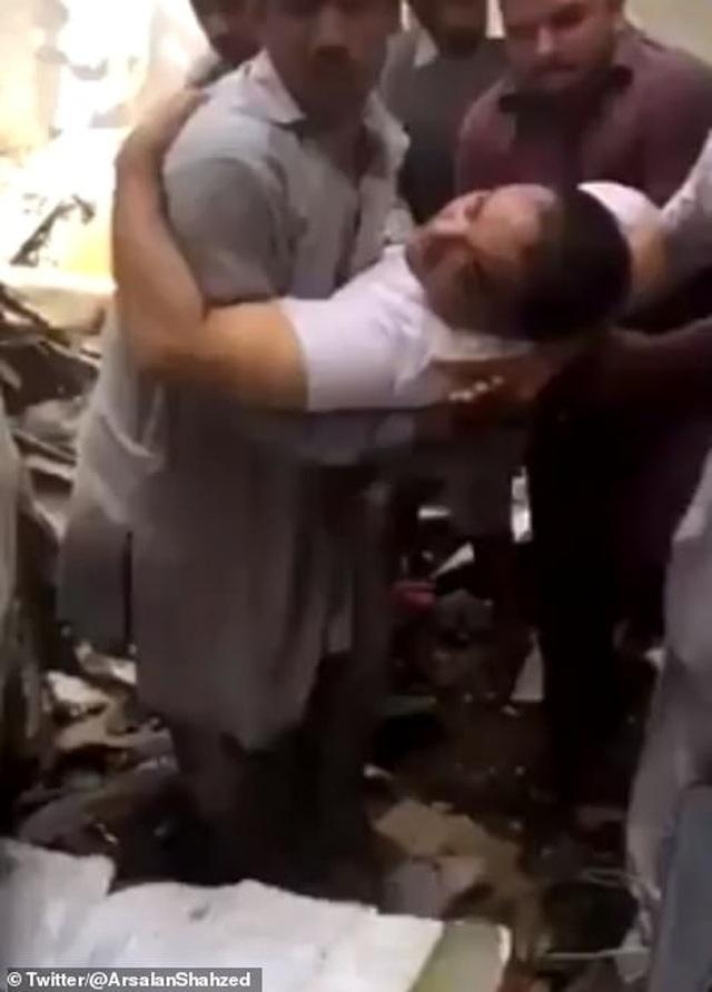 Giám đốc ngân hàng thoát chết thần kỳ vụ rơi máy bay chở 99 người - 1